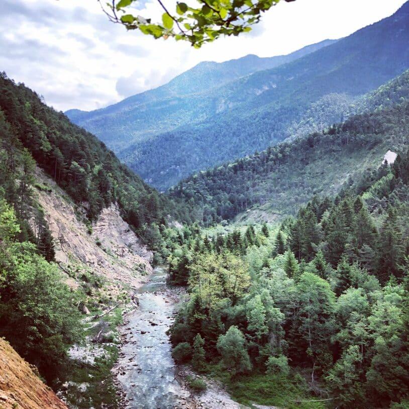 une rivière qui coule dans la montagne